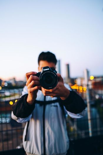 Sunset shenans   Ft. the homie @milohale Architecture Colors Exploring London Activity Architecture Bokeh Camera - Photographic Equipment Canon Explore Focus On Foreground Holding Lifestyles One Person Outdoors Photographer Photographing Photography Themes Real People Sky Sunset Technology Travel Destinations Urban Urban Skyline