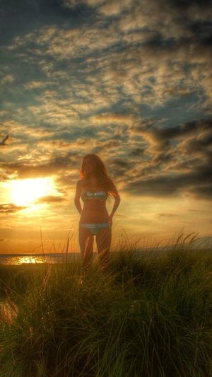 Respiro tu silencio y el vértigo de mi noche se inclina al aroma de tu voz. Extraño todo lo que sigo necesitando, todo lo que nunca se va. Good Times EyeEm Best Shots EyeEm Nature Lover Movilgrafias Landscape Shootermag Self Portrait Enjoying Life Sunset Silhouettes Sunset