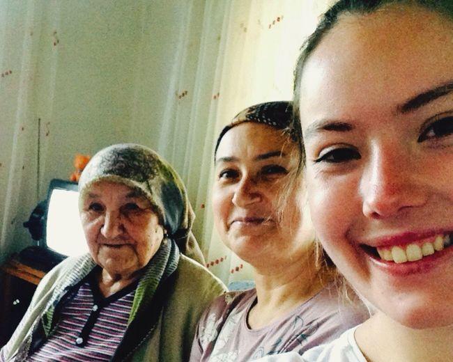 Üç nesil bir arada Grandmother Mother Dougter Aile Nesil Smile ✌ Hi Everyone çok Benziyos Antalya Love her yaşta gülümseyin