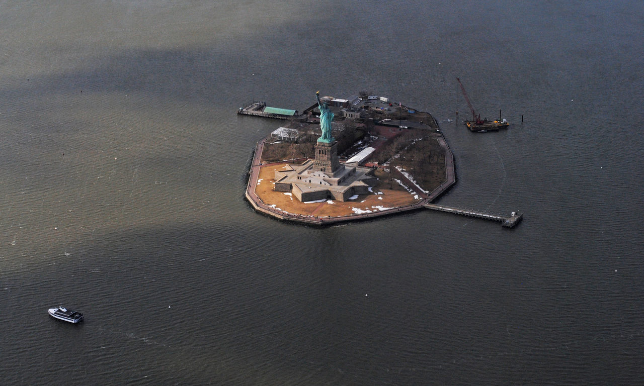 HIGH ANGLE VIEW OF ABANDONED BOAT IN SEA