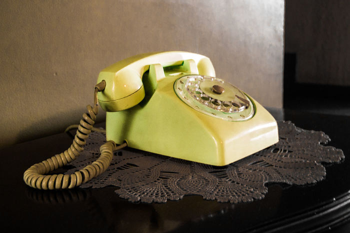 Teléfono antiguo. Close-up Communication Connection Indoors  Landline Phone No People Nostalgia Old-fashioned Phone Cord Retro Styled Rotary Phone Table Telecommunications Equipment Telephone Telephone Receiver Yellow