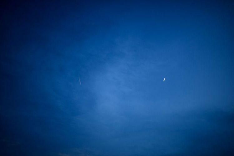 逢魔が時の、月と飛行機雲。 Moon Sky Night Blue Beauty In Nature Scenics - Nature Low Angle View Astronomy Tranquil Scene Crescent Cloud - Sky Tranquility Nature No People Space Half Moon Outdoors Dusk Flying Idyllic