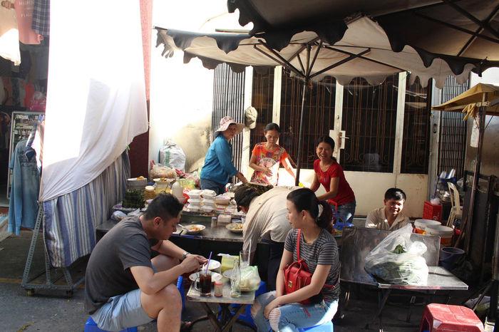 Banhbeo Banhbeohue Hochiminh Foos Street Hochiminhvietnam Market Vietnam Medium Group Of People Mid Adult People Vietnamese Vietnamfoods Vietnamfoodstreet Young Adult Young Women