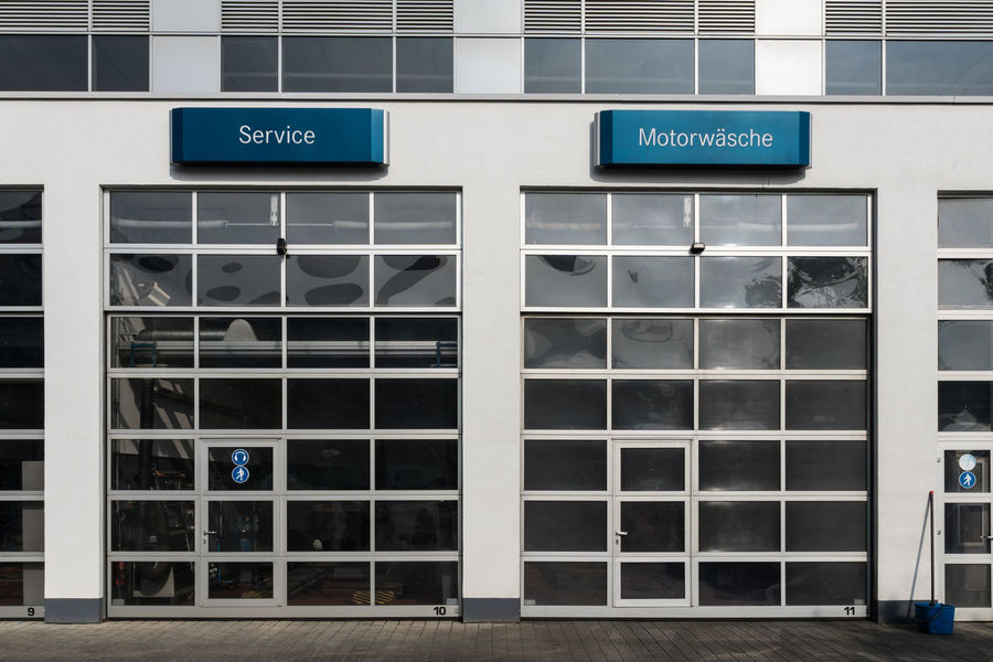 Architecture Autowerkstatt Autowäsche Building Built Structure Car Repair City Communication Eingang Entrance Information Information Sign Modern No People Outdoors Repetition Schild Side By Side Text Werkstatt Western Script