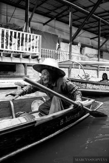 Título: Damnoen Saduak. Autor: Marcus Populus. Lugar: Damnoen Saduak (Thailandia) Cámara: SONY SLT A65V Punto F: f/4 Tiempo de exposición: 1/60s Velocidad ISO: 100 Distancia focal: 18mm Day Gondola - Traditional Boat Nautical Vessel One Person People Real People