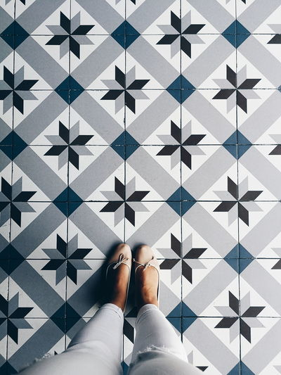 Mosaico hidráulico Fromwhereistand Minimal Minimalism Déco Decoration Minimalobsession Trend EyeEm Selects Low Section Human Leg Women Personal Perspective Human Foot Limb Close-up Mosaic Tiled Floor Flooring Foot Tile Sandal Human Feet