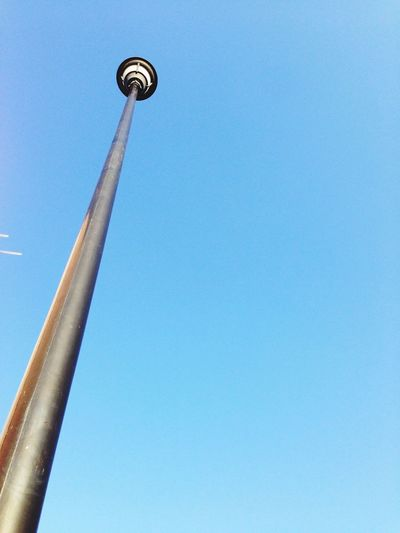 La vida en metal Low Angle View Blue Clear Sky Communication Architecture Copy Space Built Structure First Eyeem Photo
