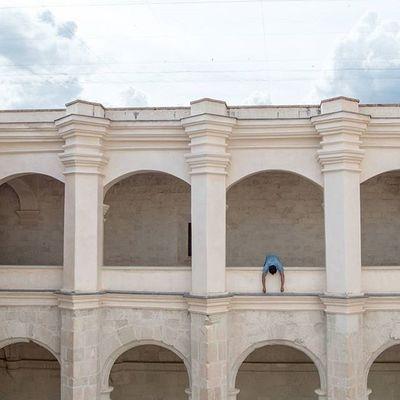 • Cuando uno se enamora las cuadrillas del tiempo hacen escala en el olvido. La desdicha se llena de milagros, el miedo se convierte en osadía, y, la muerte no sale de su cueva. -Mario Benedetti • 🎶Love me a little [Riggi & Piros] • OaxacaAPie ____________________________________ Igersoaxaca Icu_mexico Loves_latino Igersmood CapturaMexico Conocemexico Fandelacultura Primerolacomunidad Visualsgang Visualsoflife Vivamexicomx Turismo_mexico32 Loves_world Gf_mexico Mexico_great_shots Ftwotw Ig_today Ig_sharepoint Igworldclub Folkgood Gooviral Best_photogram EspirituCallejero Loves_vscolifestyle BeautifulDestinations MexicanosCreativos HumanEdge Huntgram MinimalPeople