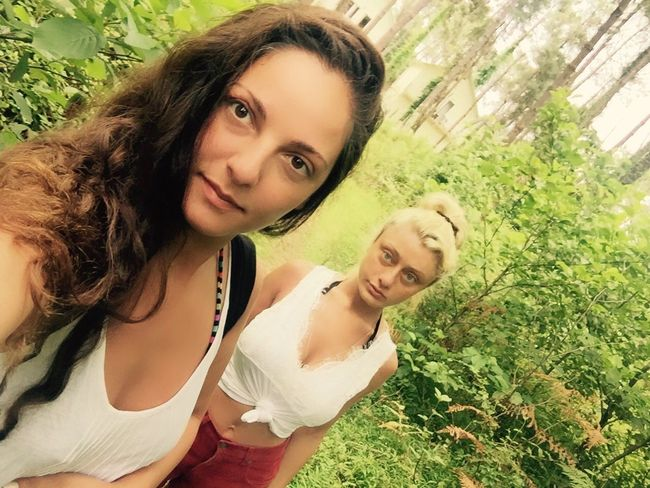 Hello World Check This Out Taking Photos Selfie ✌ Beautiful Nature Friends ❤ Girls Women Of EyeEm Blonde And Brunette Follow Me :) Follow Beautiful Summer Day Green Color Trees