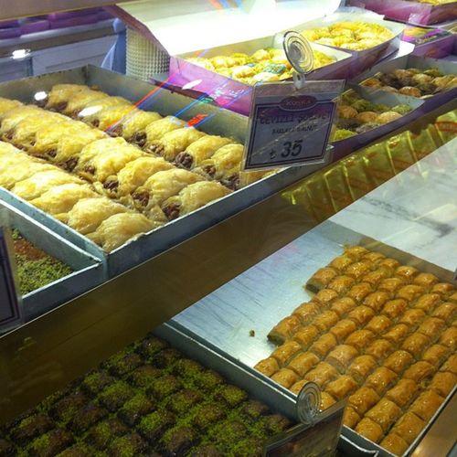 Ramazan vakti Iftar oncesi hazırlıklar Koska Helva seker candy delight lokum cikolata istanbul istiklal taksim yemek food baklava