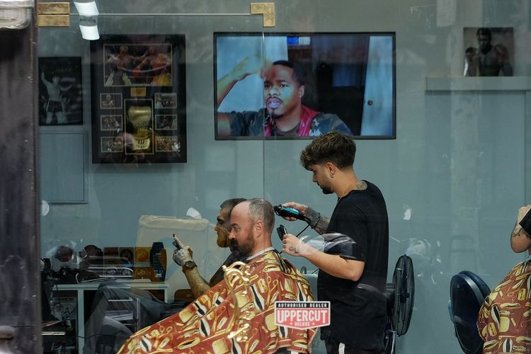 Streetphoto Streetphotography Candid Candid Photography Street Photography Portrait Men Mid Adult Mid Adult Men Barber Cutting Hair Combing Hairbrush Razor Beautician Hair Dryer Hair Care Scissors Comb Hair Salon Hairdresser Shaving