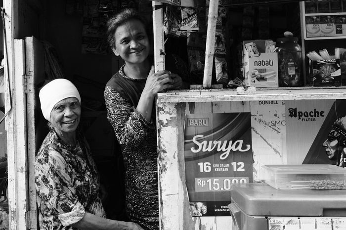 EyeEmNewHere Streetvendor Street Vendor Fujifilm_xseries FUJIFILM X-T2 FujiAcros Street Streetphotography Street Photography Streetphoto_bw Smiles Motherly Welcoming Smiling Girls Portrait Females Togetherness Friendship Cheerful Happiness Old-fashioned Street Scene My Best Travel Photo