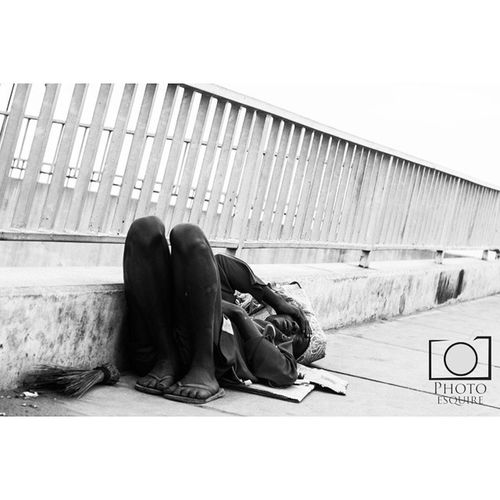 """As easy as Sunday morning"". Even this beggar is having a lazy day. Sunday Lazy Sleepingtillthebreakofdawn Bum beggar homeless poverty bridge lines hustle lagoscityofhustlers lagosliving lagoslife thisislagos instalagos lookslikelagos streetphotography"