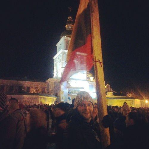 """Ребята из Литвы с креативным флагштоком) Шутят, это для того, чтобы отбиваться от """"Беркута""""! евромайдан євромайдан Lietuva"""
