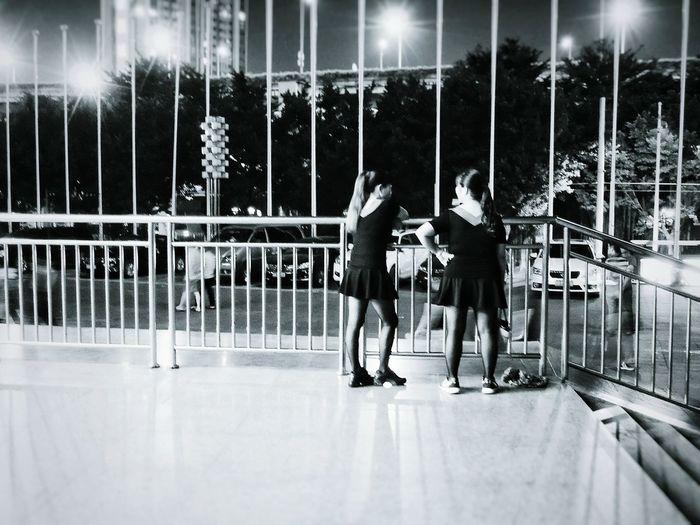 广场舞 Guangzhou Streetphotography Woman 前段时间在这个出口常有几队广场舞天团在聚集,最近少了,是受管制还是转移舞池了?还是没到表演时间呢?
