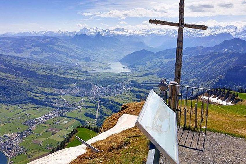 여행을 하다보면 놀라운 전경에 순간 멈칫할 때가 있다 왠지 사연이 있을 것같은 나무십자가와 그 아래의 마을, 호수 어느 것 하나 눈에 거슬리는 것이 없다 Lucerne Luzern Switzerland Swiss Rigi Rigikulm Tour Hiking 루체른 스위스 리기쿨룸 리기산 여행 하이킹