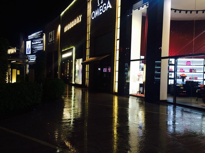Distritodelujo Mall ParqueArauco Chile Santiago Tiendas Carolinaherrera Omega Lluvia Acera Reflejo