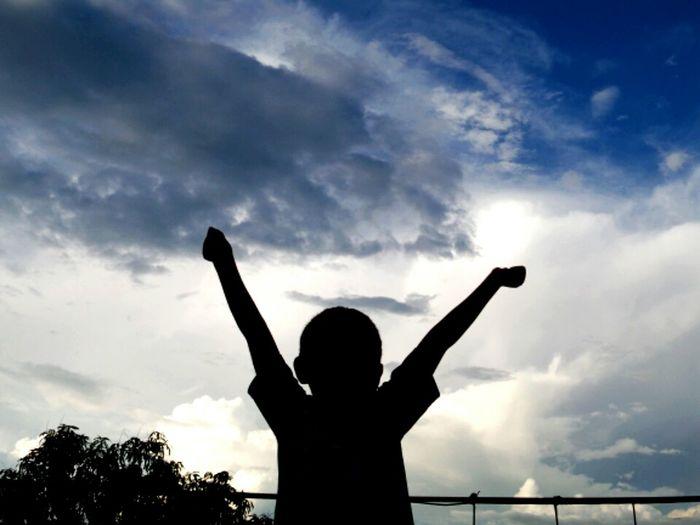 La unica preocupación de un niño es ser feliz y sonreír, jamas olvidemos el niño que fuimos, nos ayudará a tomar la vida como la mejor trayectoria a la felizidad. Clouds And Sky Enjoying Life Relaxing Hello World