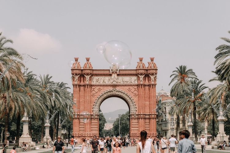 People at arc de triomf in city