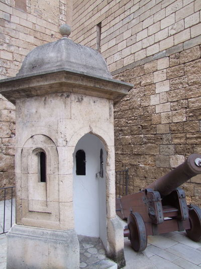 Pillbox & Cannon outside Cathedral La Seu Cathedral La Seu City Composition Fun Mallorca PILLBOX Palma Palma De Mallorca SPAIN Sunlight Tourist Attraction  Built Structure Cannon Capital City Fort Full Frame History Military No People Old Outdoor Photography Protection The Past Travel Destination Weapon