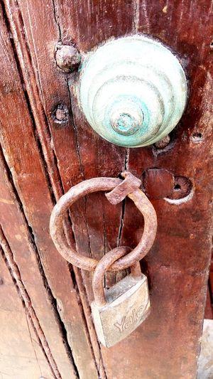 candado Full Frame Backgrounds Close-up Door Knocker Locked Wooden Closed Door