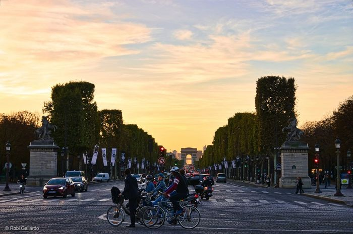 Champs Elysees at sunset Champs-Élysées  Paris, France  Sunset_collection Bicycle City Cloud - Sky People Real People Riding Sky Street Photography Streetphotography Sunset Transportation