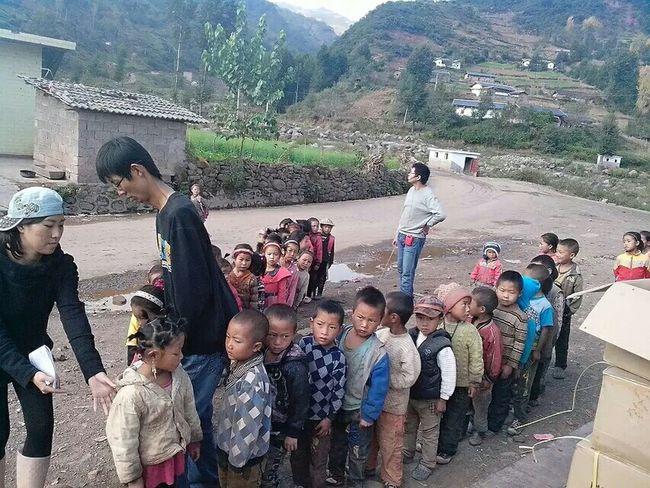 學生在領愛心物質。 Hiking Day Traveling In China My Girls ♥ School Girl People Want To Be Loved Love ♥ Volunteer Work Teacher Appreciation Day