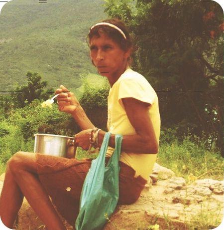 Pobreza não enche barriga; riqueza não enobrece a alma. Mulher Pobre Pobreza Solitary Hambre Sos Jequitinhonha Dolls