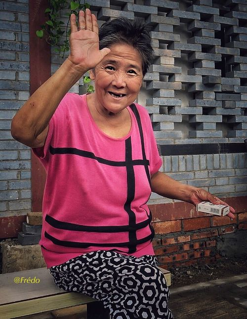 Friendship is happiness One Person Brick Wall Mature Adult Friendship Pink Color Looking At Camera Portrait Hutong Street Hutong Life Streetphotography Lifestyle Photography Street Photos😄📷🏫⛪🚒🚐🚲⚠ Eyeemoftheweek City Life Eyemphotography Eyeem Of The Day Lifestyles Eyeemoftheday Portraitist- 2017 Awards BEIJING北京CHINA中国BEAUTY The Street Photographer - 2017 EyeEm Awards Eyeem In Beijing Eyeemphotography Photooftheday Smiling