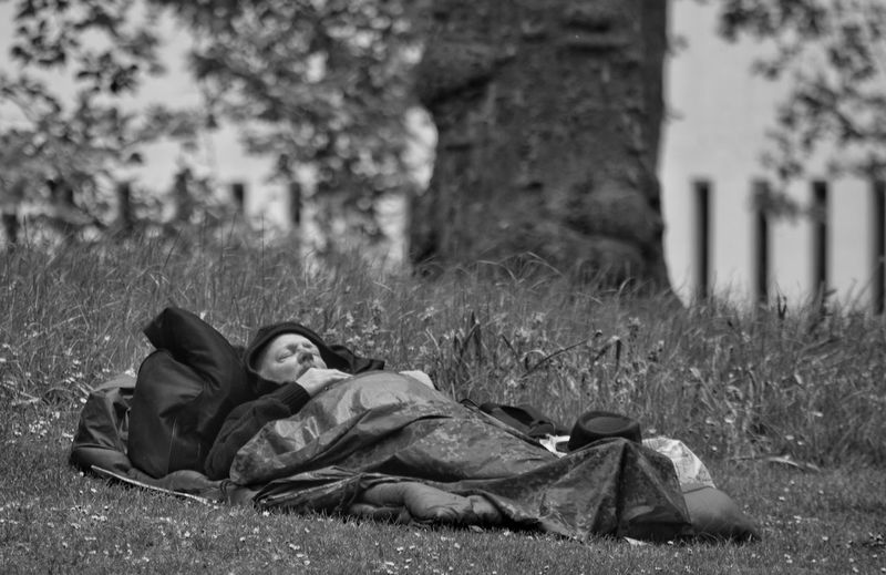 Sleeping Man The Street Photographer - 2017 EyeEm Awards Men Lying Down Grass Adult One Man Only Resting Homeless Homelessness  Monochrome Black And White Street Photography Grass Weekend Pursuit The Great Outdoors - 2017 EyeEm Awards Grassy Bank Belongings All My Worldy Goods Peaceful Dozing Do Not Disturb Live For The Story A Lazy Afternoon EyeEm LOST IN London