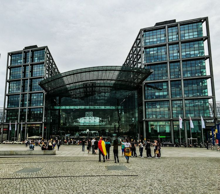 People Photography Berlin Berliner Ansichten Berlin Photography Hauptbahnhof Hauptbahnhof Berlin Main Station Berlin Architecture_collection Architecture People Watching