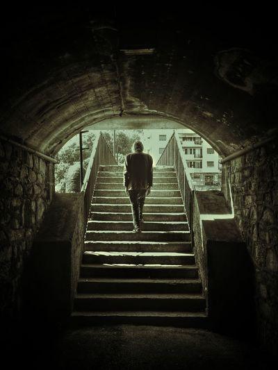Manó de su escondrijo! Gente Monochrome People Street Photography Ladder Tunnel