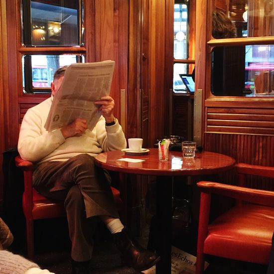 Le lecteur Reading Bistro Paris, France  Sitting Indoors  Food And Drink Table Drink One Person Refreshment Warm Clothing Adult Cafe