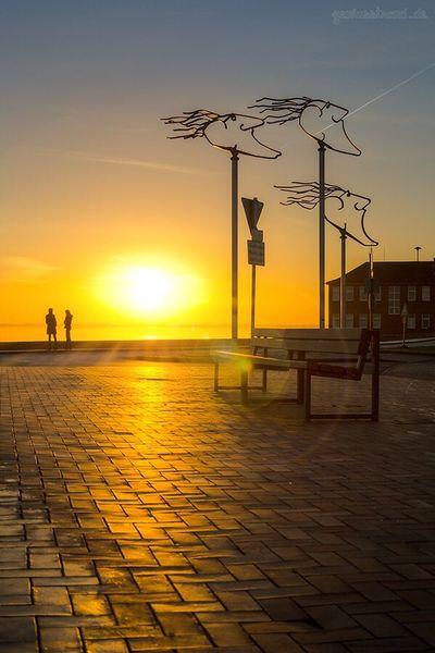 Sonnenuntergang an der Südstrand Promenade ☺ Sunset Sea Sun Sky Wilhelmshaven Südstrand Outdoors People Windwächter Niedersachsen Lowersaxony Wattenmmeer Wadden Sea Whv Sonnenuntergang Germany