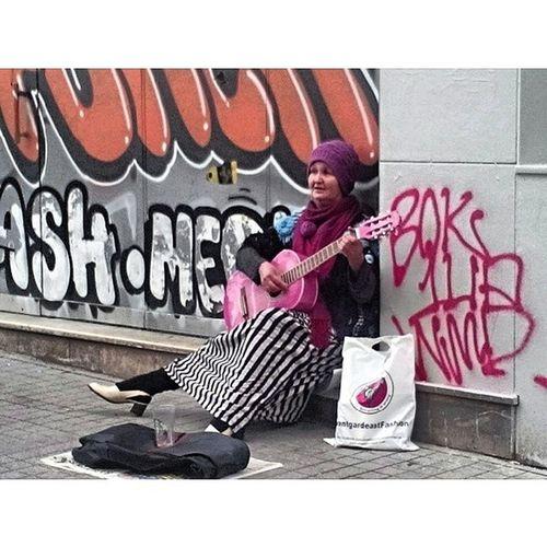 Pera BeYo ğlu Musician Sokak_m üzisyenleri blues grafiti graffiti street_musician street_art women istanbul turkey colour color art