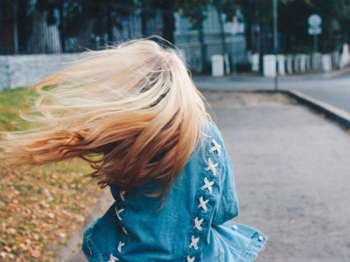 5 января. Нужно готовиться к экзаменам. Мне пришли мои лаки🙏🏻🙏🏻🙏🏻 Хочу чего то нового... 😇 Temperature Colorful Autumn Blue Denim Girl Long Hair One Person Real People Focus On Foreground Outdoors Blond Hair Day Young Adult Adult People The Photojournalist - 2018 EyeEm Awards Autumn Mood