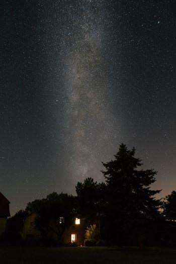 Bäume Deutschland Galaxie  Haus Langzeitbelichtung Mecklenburg-Vorpommern Milchstrasse Nacht Nachthimmel Sterne  Sternenhimmel Funkeln Keine Mensche Leuchten Leuchtend