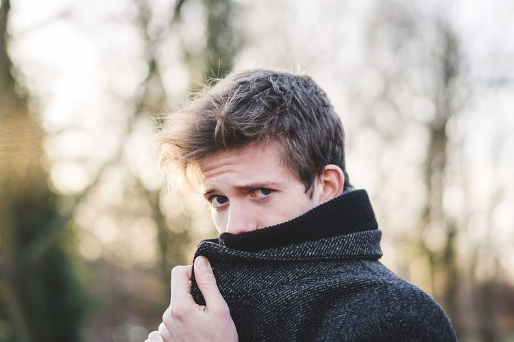Seriously? Dedektiv Bond Mäntel One Person Portrait Headshot Real People Lifestyles Leisure Activity Clothing Focus On Foreground Young Adult Cold Temperature Day Winter Looking At Camera Front View Outdoors Tree Nature Warm Clothing Sunlight Scarf