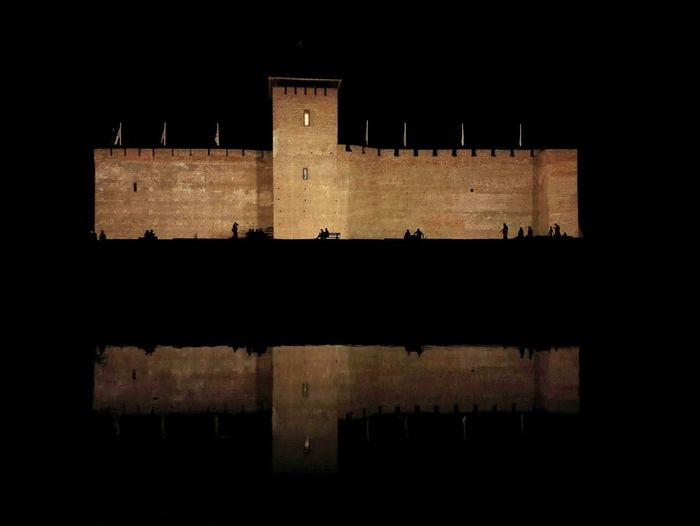 Castle Of Gyula Castle Of Gyula Hungary Night Architecture History Water Reflection Castle Castles Castle At Night