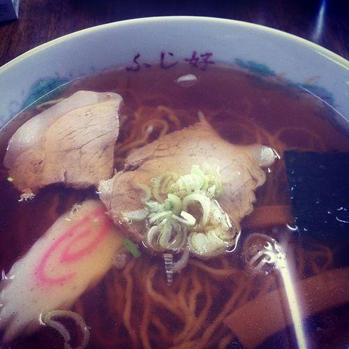 中華そば♪うめえ。塩っけのあるスープがこたえられない。