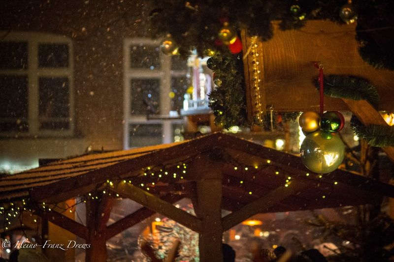 Verschneiter Abend auf dem Weihnachtsmarkt in Schleswig Winterwonderland Winter Schneeflocken Christbaumkugeln Weihnachtsmarkt Celebration Christmas Lights Tradition Indoors  Tree Close-up