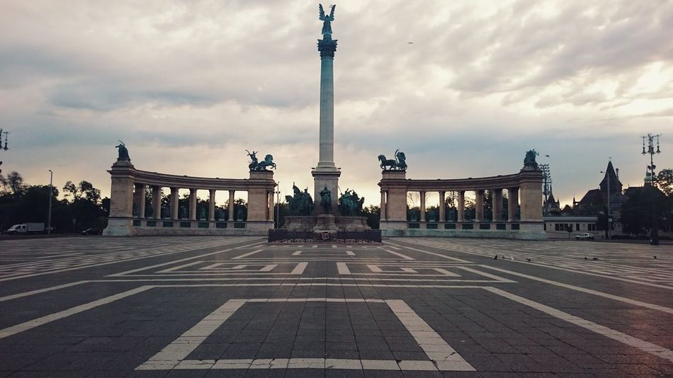 Budapest Heroes Earlymorning  Morning Dawn