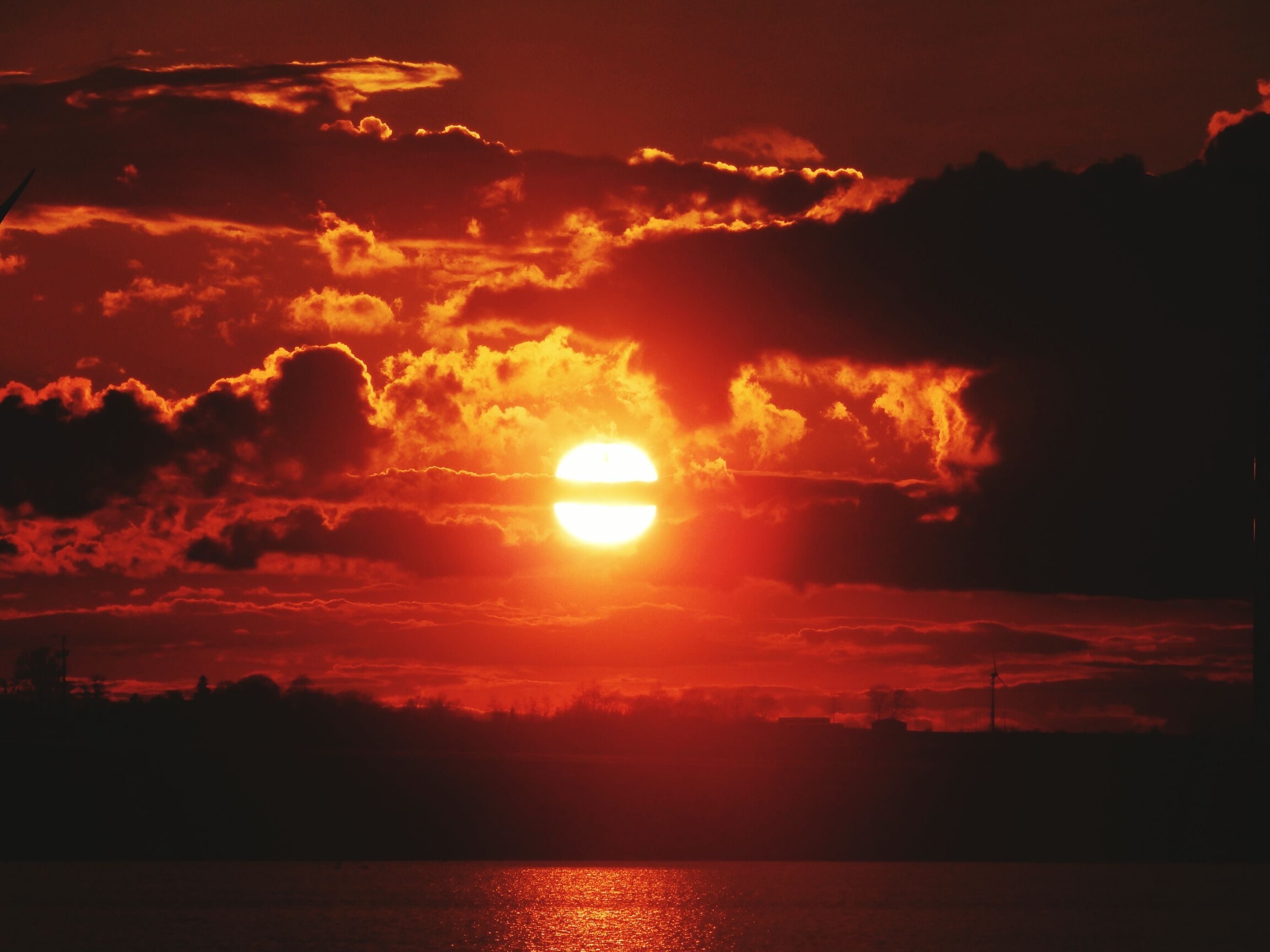 sunset, scenics, tranquil scene, sun, sky, beauty in nature, tranquility, water, silhouette, orange color, idyllic, cloud - sky, nature, reflection, cloud, dramatic sky, waterfront, sea, sunlight, lake