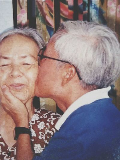 RePicture Ageing Happylife GrowOldWithYou Love Is In The Air Dontstoploving Kiss Couple Grandparents Helovesher
