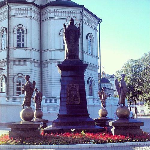 Памятник святителю Митрофану.