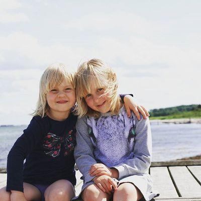 Alma og Olivia ❤ Strand Beach Happy Smiling Sisters Søstre Ferie Hollyday Telenorsfotoskole Weekendudfordring