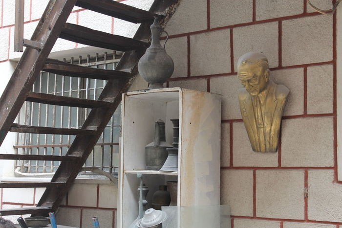 Atatürk Kapalı Stairs Architecture Art And Craft Building Exterior Built Structure Büste Day Golden Head Grand Bazaar Human Representation Indoors  Low Angle View Male Likeness No People Sculpture Statue Treppe Underwater