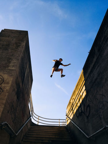 City Life Colors Exploring EyeEm Best Shots London Parkour Architecture Built Structure Day Full Length Honor 10 Jumping Leisure Activity Lifestyles Low Angle View Mid-air Motion One Person Outdoors Real People Skill  Sky Streetphotography Stunt Urban