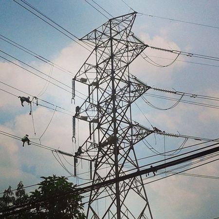 Orang-orang sakti nih. Sutet Listrik Tegangantinggi Elektrikman elektrik