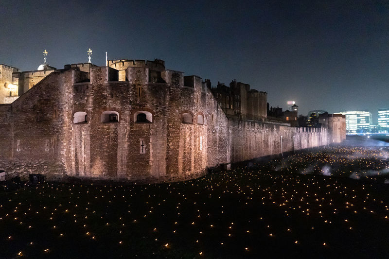 5 December 2018, London - Around 10,000 flames have been lit at the Tower of London to mark the centenary of the end of World War I. The tribute, called Beyond The Deepening Shadow, had run each night until Armistice Day 2018. ArmisticeDay Armistice Tribute Memorial Commémoration Tower Of London Martyr Flame Flames Remembrance Remembrance Day Centenary  Remembering Remember Soldier World War World War 1